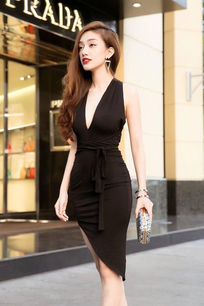 Váy body ôm sát - Vũ khí sắc đẹp lợi hại của người phụ nữ hiện đại.